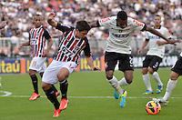 SÃO PAULO, SP, 28 DE JULHO DE 2013 - CAMPEONATO BRASILEIRO - CORINTHIANS x SÃO PAULO: Osvaldo (e) e Edenilson (d) durante partida Corinthians x São Paulo, válida pela 9ª rodada do Campeonato Brasileiro de 2013, disputada no estádio do Pacaembu em São Paulo. FOTO: LEVI BIANCO - BRAZIL PHOTO PRESS.