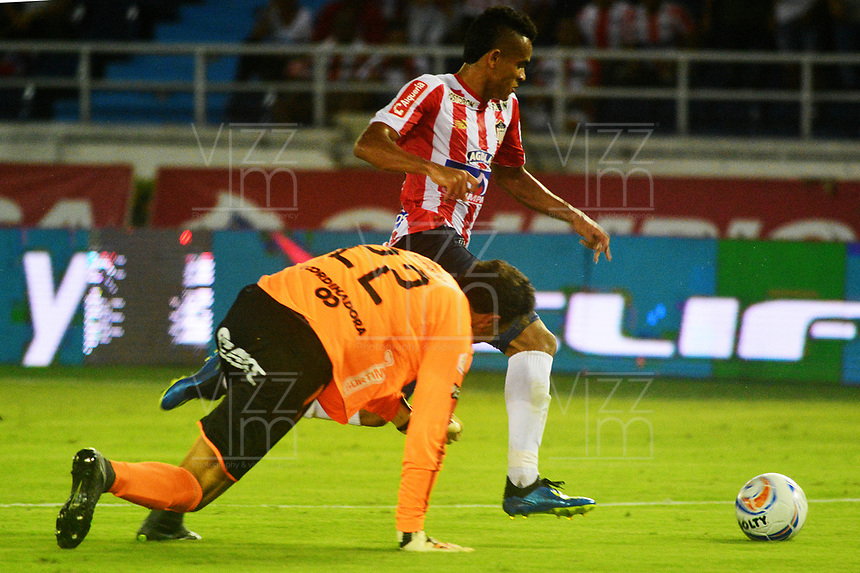 BARRANQUILLA - COLOMBIA, 25-08-2018: Luis Díaz (Der.) jugador de Atlético Junior disputa el balón con David González (Izq.) guardameta de Deportivo Independiente Medellín durante partido de la fecha 6 entre Atlético Junior y Deportivo Independiente Medellín por la Liga Aguila II 2018, jugado en el estadio Metropolitano Roberto Meléndez de la ciudad de Barranquilla. / Luis Diaz (R) player of Atletico Junior vies for the ball with con David Gonzalez (Izq.) goalkeeper of Deportivo Independiente Medellin during a match of the of the 6th date between Atletico Junior and Deportivo Independiente Medellin for the Liga Aguila II 2018 at the Metropolitano Roberto Melendez stadium in Barranquilla city, Photo: VizzorImage  / Alfonso Cervantes / Cont.