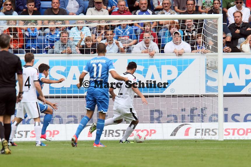 Kevin Trapp (Eintracht) hat gegen Boris Vukcevic (TSG) das Nachsehen, Carlos Zambrano rettet