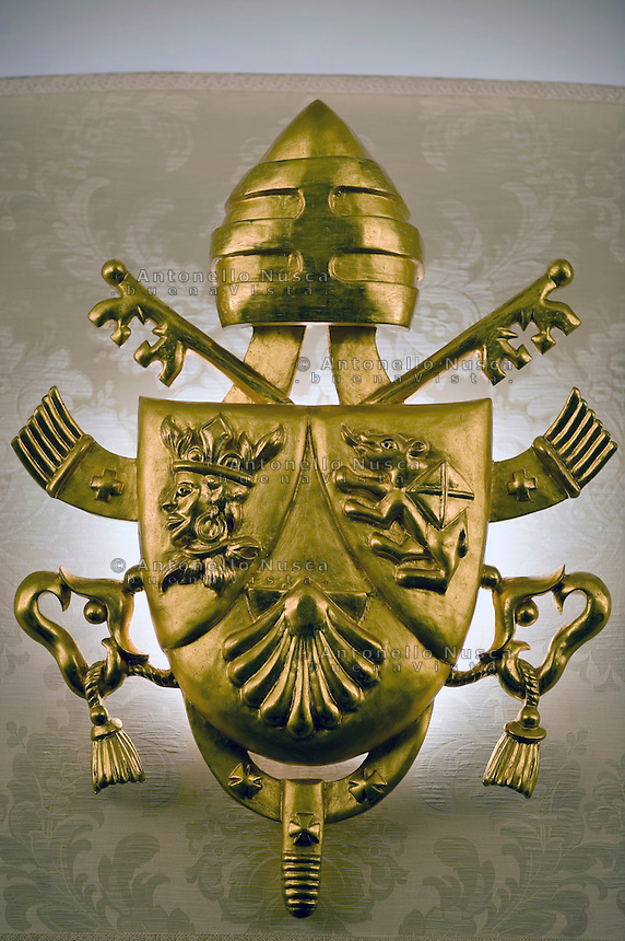Roma, 22 Febbraio 2013. Lo stemma del Vaticano all'ingresso della residenza estiva Papale di Castel Gandolfo Roma,