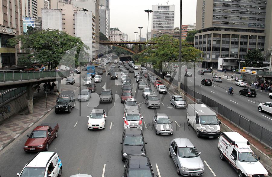 ATENCÃO EDITOR: FOTO EMBARGADA PARA VEICULO INTERNACIONAL - SÃO PAULO, SP, 16 OUTUBRO 2012 - TRANSITO EM SÃO PAULO - Transito começando a se complicar na Av Prestes Maia em direção a zona norte no final da tarde na região do viaduto da Santa Efigênia zona central da capital paulista nessa terça,16. (FOTO: LEVY RIBEIRO / BRAZIL PHOTO PRESS)