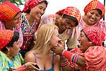 Indigenas Kunas con Turista, Ciudad Panama / Kuna Indians with Tourist, Panama City