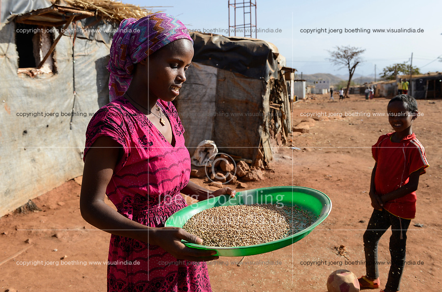 ETHIOPIA, Tigray, Shire, eritrean refugee camp May-Ayni managed by ARRA and UNHCR, woman with grain / AETHIOPIEN, Tigray, Shire, Fluechtlingslager May-Ayni fuer eritreische Fluechtlinge