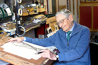 Milano, l'orafo e scultore italiano Silvio Gazzaniga, creatore della Coppa Del Mondo FIFA,  nel suo studio.<br /> Milan, the Italian sculptor Silvio Gazzaniga in his house where conceived and designed The FIFA World Cup.