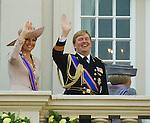Netherlands, 21-09-2010, DEN HAAG, Prinsjesdag  Balkon scene. Koningin Beatrix  verdwijnt van het balkon terwijl Prins Willem Alexander en Prinses Maxima nog zwaaien en lachen nar de Oranje fans voor het Paleis Noordeinde.  foto Michael Kooren/HH