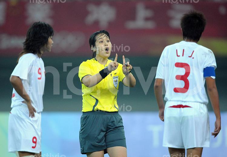 Olympia 2008  Peking  Fussball  Frauen   06.08.2008 China - Schweden Schiedsrichterin  Eun Ah Hong (li, KOR) und  Jie Li (re, CHN)