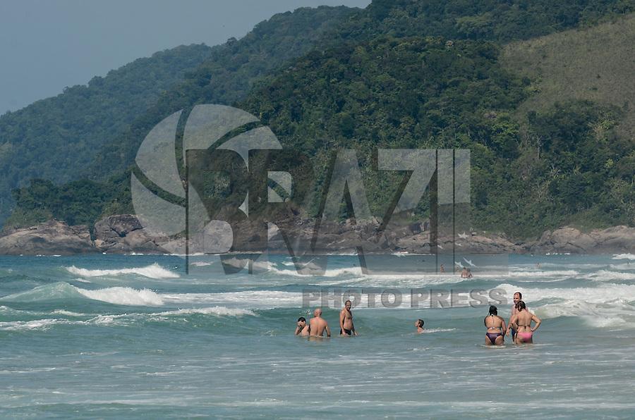 SAO SEBASTIAO, SP, 24 DEZEMBRO 2012 - Banhistas aproveitam dia de sol na praia de Maresias, Sao Sebastiao, litoral norte de Sao Paulo, na manha desta segunda feira, 24.. (FOTO: ALEXANDRE MOREIRA / BRAZIL PHOTO PRESS).