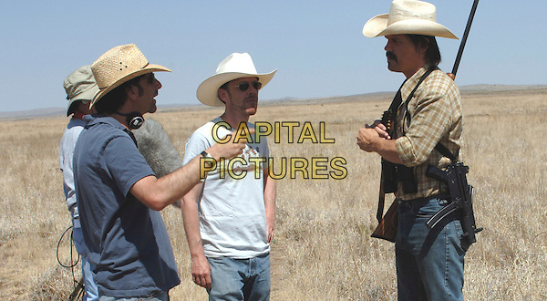ETHAN COEN (DIRECTOR) JOEL COEN (DIRECTOR) & JOSH BROLIN.on the set of No Country for Old Men.*Filmstill - Editorial Use Only*.CAP/FB.Supplied by Capital Pictures.