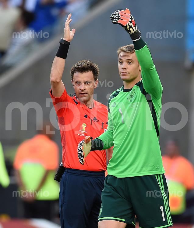 FUSSBALL WM 2014                FINALE Deutschland - Argentinien     13.07.2014 Schiedsrichter Nicola Rizzoli (li) und Torwart Manuel Neuer (Deutschland)