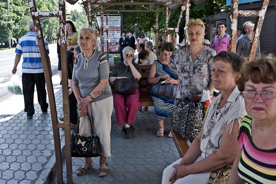 UKRAINE, Mariupol: Citizens waiting at a bus station in the city center of Mariupol. <br /> <br /> UKRAINE, Mariupol: Des citoyens attendent &agrave; une station de bus dans le centre de Mariupol.