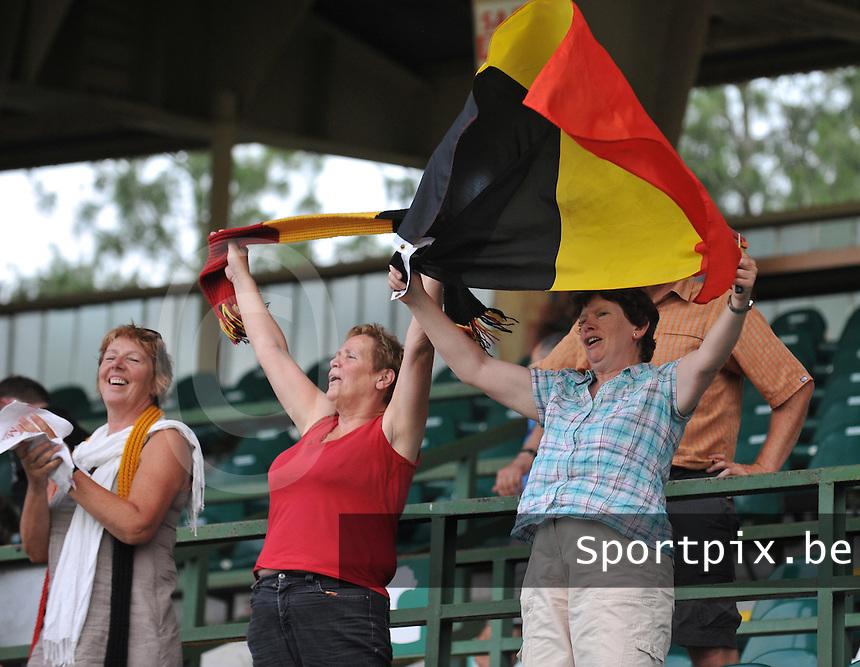 Hungary - Hongarije : UEFA Women's Euro Qualifying group stage (Group 3) - 20/06/2012 - 17:00 - szombathely  - : Hungary ( Hongarije ) - BELGIUM ( Belgie) :.De Supporters hanteren de Belgische Vlag .foto DAVID CATRY / JOKE VUYLSTEKE / Vrouwenteam.be.