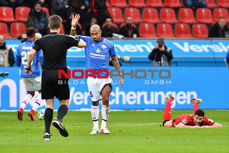 28.01.2018, BayArena, Leverkusen, GER, 1.FBL, Bayer 04 Leverkusen vs FSV Mainz 05,, im Bild #Frank Willenborg (SR) (Schiedsrichter, referee), Gelb / gelbe Karte f&uuml;r Nigel de Jong (#5, FSV Mainz 05) nach Foul an Lucas Alario (#13, Bayer 04 Leverkusen) <br /> <br /> Foto &copy; nordphoto / Mauelshagen