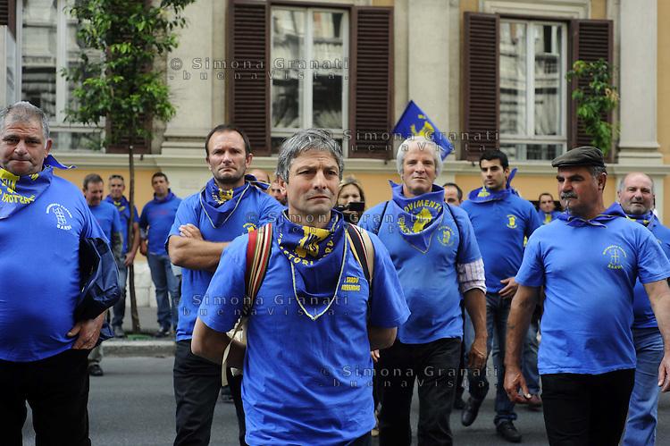 Roma, 8 Giugno 2011.Ministerio delle Politiche Agricole .Manifestazione dei  pastori sardi che chiedono lo «stato di crisi», una «moratoria delle scadenze agrarie», e  una «rimodulazione dei Fondi europei» per il sostegno agro-pastorale..