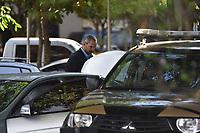 BRASÍLIA, DF, 21.06.2017 - DEPOIMENTO-JOESLEY BATIST - Durante depoimento do empresário, Joesley Batista, a Polícia Federal abordou os seguranças que o acompanhavam, pois os mesmos portavam armas e se identificaram como policiais civis de São Paulo. A Polícia Federal diz que é ilegal policial civil fazer segurança privada. Na foto, policiais federais fazem revista em um dos carros de Joesley Batista. (Foto: Ricardo Botelho/Brazil Photo Press/Folhapress)