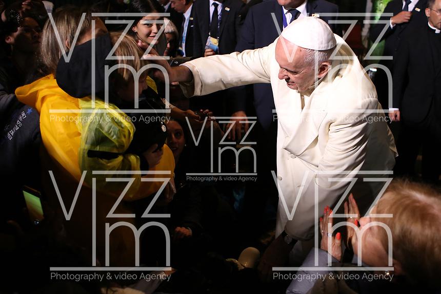 BOGOTÁ - COLOMBIA, 08-09-2017:  El Papa Francisco bendice a los feligreses a su llegada a la Nunciatura Apostolica en el tercer día en Colombia. El Papa Francisco realiza la visita apostólica a Colombia entre el 6 y el 11 de septiembre de 2017 llevando su mensaje de paz y reconciliación por 4 ciudades: Bogotá, Villavicencio, Medellín y Cartagena. / Pope Francisco bless to the parishioners during his arrive to Apostolic Nunciature in his third day in Colombia. Pope Francisco makes the apostolic visit to Colombia between September 6 and 11, 2017, bringing his message of peace and reconciliation to 4 cities: Bogota, Villavicencio, Medellin and Cartagena. Photo: VizzorImage /  Inaldo Perez / Cont