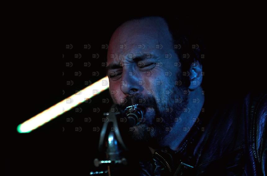 CIUDAD DE M&Eacute;XICO, DF. Julio 12, 2013  &ndash; Daniel Zlotnik saxofonista del grupo de Jazz, Los Dorados toca junto a Alejandro Otaola en el Bar Caradura de la Ciudad de M&eacute;xico.  FOTO: ALEJANDRO MEL&Eacute;NDEZ<br /> <br /> MEXICO CITY, DF. July 12, 2013 - Daniel Zlotnik saxophonist Jazz group, The Golden plays with Alejandro Caradura Otaola at Bar Mexico City. PHOTO: ALEJANDRO MELENDEZ