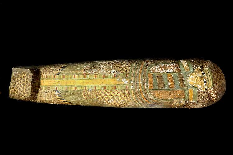 LUXOR,EGYPTE-13 FEVRIER: Decouverte d'un sarcophage  en bois de la 17e dynastie (1600 AD) a Louxor dans la partie orientale de la necropole thebaine. Le sarcophage a ete mis au jour  dans la cour  de la tombe de Djehouty (1482-1502 AD)  gardien des tresors de la reine Hatchepsout . Le sarcophage de 2m de long et de 50 cm de large contient une momie en tres bon etat .Le couvercle du sarcophage est orne de hieroglyphes indiquant le nom du propri&eacute;taire. Cette decouverte a ete realisee par la Mission espagnole dirigee par Jose Galan le 13 fevrier 2014,a Luxor,Egypte.<br /> LUXOR, EGYPT-February 13: Discovery of a wooden sarcophagus from the 17th Dynasty (1600 AD) Luxor in the eastern part of the Theban necropolis. The sarcophagus was unearthed in the courtyard of the tomb of Djehuty (1482-1502 AD) guardian of treasures of Queen Hatshepsut. The sarcophagus 2m long and 50 cm wide contains a mummy in very good condition. Lid of the sarcophagus is decorated with hieroglyphs indicating the name of the owner. This discovery was made by the Spanish Mission headed by Jose Galan February 13, 2014, in Luxor, Egypt.