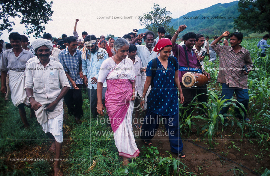 INDIA, state Madhya Pradesh, Narmada river and dams, tribal village Domkhedi, rally with Medha Patkar the leader of NBA Narmada Bachao Andolan, movement to save the Narmada and writer Arundhati Roy against big dams / INDIEN, Narmada Fluss und Staudaemme, Dorf Domkhedi, Demonstration mit Medha Patkar, Arundhati Roy und Adivasi gegen Staudaemme