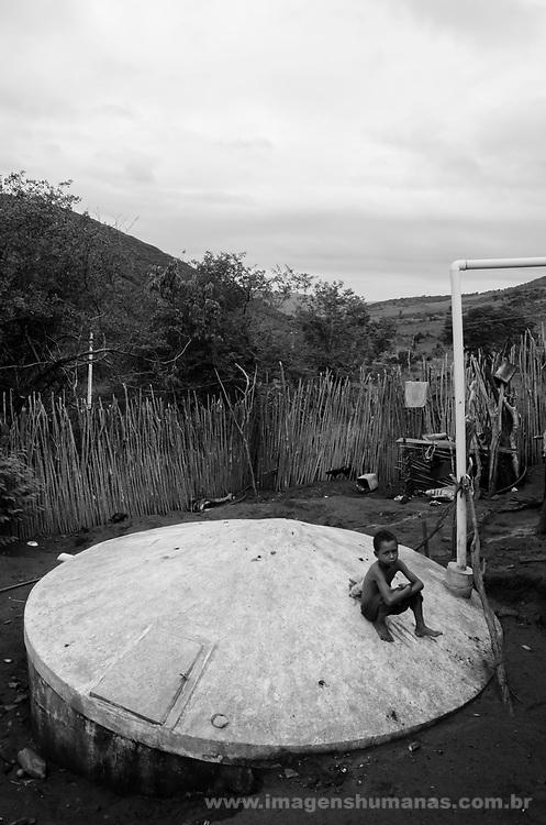 Comunidade Caldeirão, município de Itinga região do médio Jequitinhonha, Norte de Minas Gerais. Nessa região é possível encontrar dois tipos de biomas: caatinga e mata atlântica. A ASA Brasil, Articulação no Semiárido Brasileiro, tem implementado em diversas comunidades no Norte de Minas o Programa Uma Terra e Duas Águas (P1+2) e o Programa Um Milhão de Cisternas (P1MC) que tem como objetivo viabilizar a captação e armazenamento de água de chuva nessas comunidades para consumo humano, criação de animais e produção de alimentos. Entre os parceiros para implementação dos projetos tem destaque na região a Cáritas Diocesana de Araçuaí