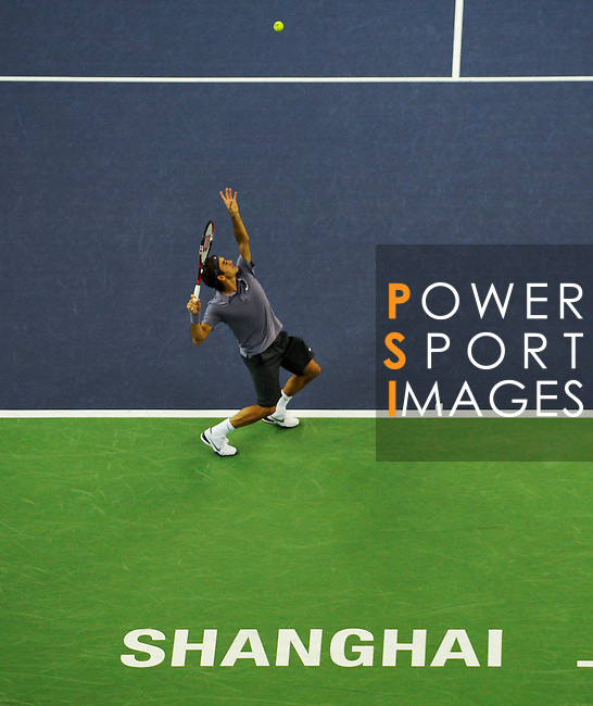 SHANGHAI, CHINA - OCTOBER 15:  Roger Federer of Switzerland serves to Robin Soderling of Sweden during day five of the 2010 Shanghai Rolex Masters at the Shanghai Qi Zhong Tennis Center on October 15, 2010 in Shanghai, China.  (Photo by Victor Fraile/The Power of Sport Images) *** Local Caption *** Roger Federer