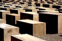 BERLINO / GERMANIA - 2004.Memoriale dell'Olocausto (Holocaust-Mahnmal) dedicato agli ebrei vittime della Shoah. È stato progettato dal'architetto Peter Eisenman, assieme all'ingegnere Buro Happold. Il memoriale si trova nel quartiere Mitte, un isolato a sud della porta di Brandeburgo..FOTO LIVIO SENIGALLIESI..BERLIN / GERMANY - 2004.Memorial to remember the victims of the Holocaust..PHOTO BY LIVIO SENIGALLIESI