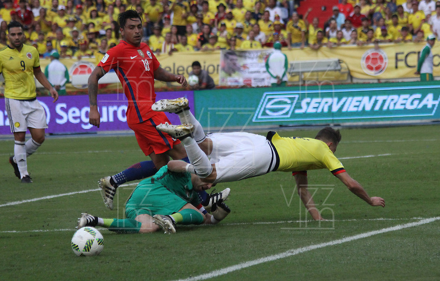 BARRANQUILLA -COLOMBIA, 10-NOVIEMBRE-2016.Acción de juego entre Colombia  y   Chile durante el  encuentro  por las eliminatorias al mundial de Rusia 2018  disputado en el estadio Metropolitano Roberto Meléndez de Barranquilla./ Action game between Colombia and Chile during the qualifying match for the 2018 World Championship in Russia Metropolitano Roberto Melendez stadium in Barranquilla . Photo:VizzorImage / Felipe Caicedo  / Staff