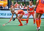 Den Bosch  -  Ireen van den Assem (Ned) met Xan de Waard (Ned)     tijdens  de Pro League hockeywedstrijd dames, Nederland-Belgie (2-0).    COPYRIGHT KOEN SUYK