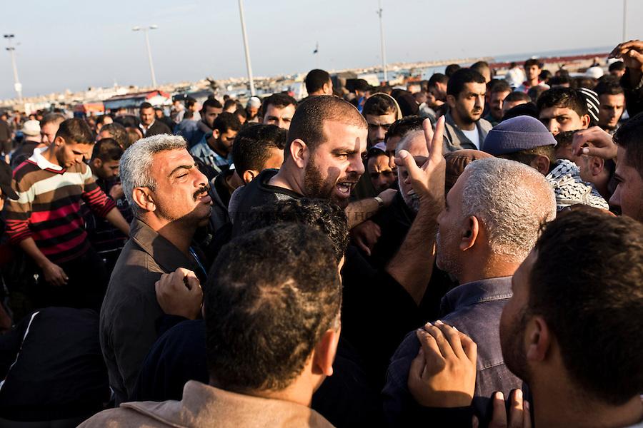 Gaza port: Mahmoud fixes the sells and the  bids at each auction of Gaza port. <br /> <br /> Port de Gaza: Mahmoud g&egrave;re les ventes et ench&egrave;res &agrave; chaque cri&eacute;e de Gaza.