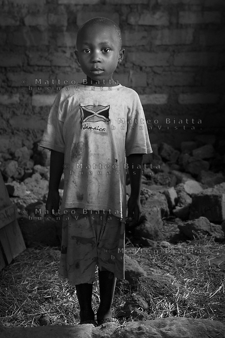 Orfani per colpa di Ebola nella foto Emmanuel Oicelo 6 anni ha sofferto d'Ebola un mese e ha perso cinque familiari tra cui la mamma e il pap&agrave; Villaggio di Kontabana 29/03/2016 foto Matteo Biatta<br /> <br /> Orphanes for guilt of Ebola in the picture Emmanuel Oicelo 6 years old had suffered of Ebola one month and lost five relativies including mother and father Kontabana Village 29/03/2016 photo by Matteo Biatta