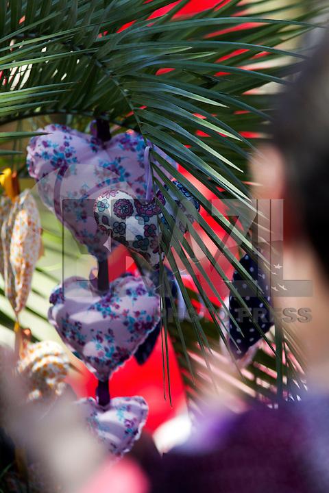 """SANTOS, SP, 02.08.2014 – AÇÃO DO CORAÇÃO. Aconteceu neste sábado (2) a terceira edição da """"Ação do Coração"""", que reuniu milhares de pessoas para doar a receber corações de tecido confeccionados especialmente para o evento em Santos, no litoral de São Paulo. Neste ano, a ação, organizada pela Associação Eduardo Furkini (AEF), teve como tema """"Família: coração da sociedade"""", e reuniu cerca de 25 mil pessoas na Praça Mauá, no Centro de Santos/SP. (Foto: Flavio Hopp/Brazil Photo Press)"""
