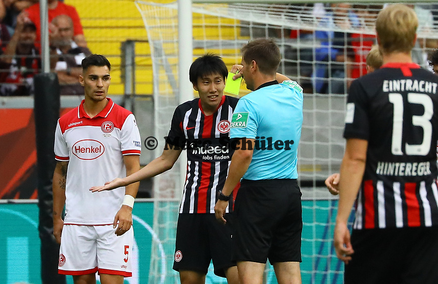 Daichi Kamada (Eintracht Frankfurt) versteht die Gelbe Karte von Schiedsrichter Frank Willenborg nicht - 01.09.2019: Eintracht Frankfurt vs. Fortuna Düsseldorf, Commerzbank Arena, 3. Spieltag<br /> DISCLAIMER: DFL regulations prohibit any use of photographs as image sequences and/or quasi-video.