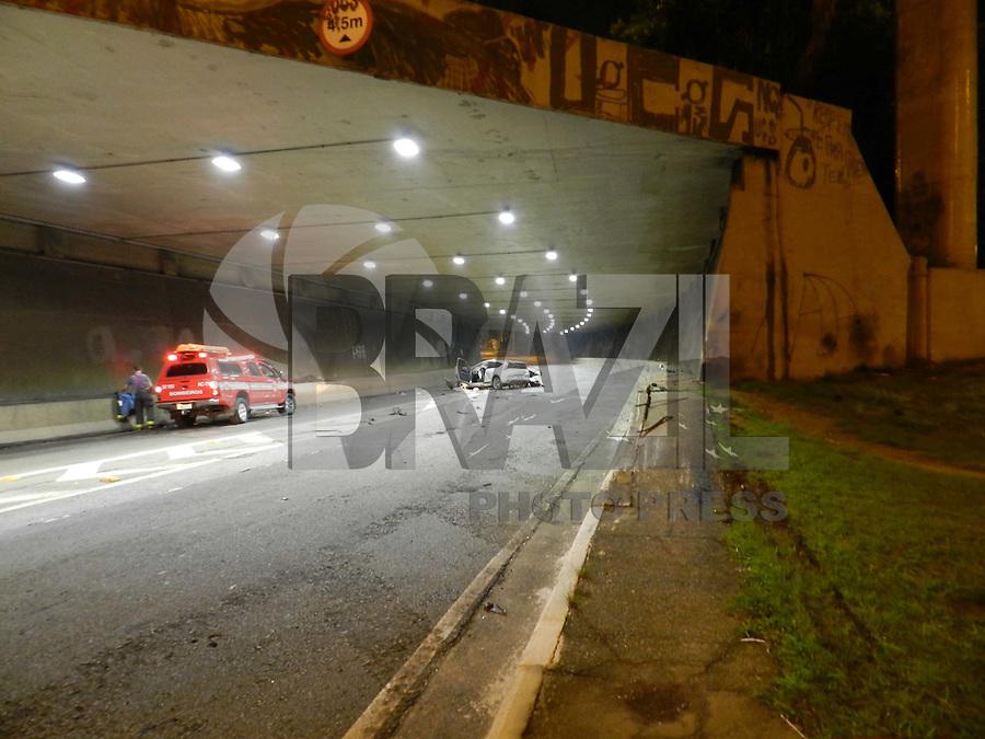 SAO PAULO - SP - 15 FEVEREIRO 2012 - AUTO x MURO. Por volta da 5:15hs, desta quarta feira, o motorista perdeu a direção ao sair do tunel, Ayrton Sena 2, que dá acesso a Rua Sena Madureira, sentido Paraiso - Ibirapuera. Dos dois ocupantes do veículo só o passageiro teve maiores ferimentos e foi encaminhado ao Hosp São Paulo.FOTO: MAURICIO CAMARGO / BRAZIL PHOTO PRESS.
