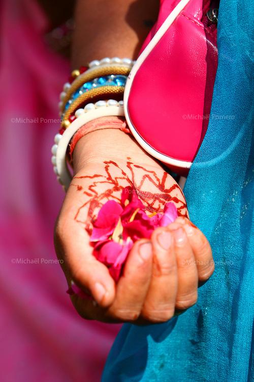 10.11.2007 Udaipur(Rajasthan)<br /> <br /> Offering of petals flower during Diwali.<br /> <br /> Offrande de p&eacute;tales de fleurs pendant Diwali.