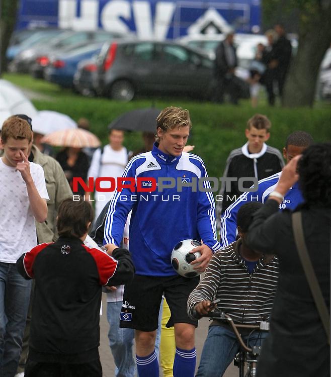 1.Liga FBL 2008/2009  Training Hamburger SV <br /> <br /> Marcel Jansen (Nr.7) im Training verfolgt von Autogrammj&auml;gern und HSV-Fans. Hintergrund der alte HSV Bus.<br /> <br /> <br /> Foto &copy; nph (nordphoto)<br /> <br /> *** Local Caption ***