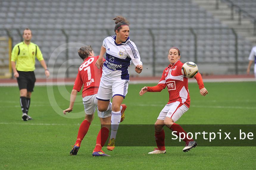RSC Anderlecht Dames - Standard Femina de Liege : Laurence Marchal tussen Aline Zeler (links) en Audrey Demoustier.foto JOKE VUYLSTEKE / Vrouwenteam.be