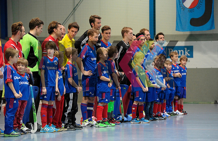 GER - Mannheim, Germany, December 12: Players line up prior to the 1. Bundesliga Sued Herren indoor hockey match between Mannheimer HC (blue) and TSV Mannheim (red) on December 12, 2015 at Irma-Roechling-Halle in Mannheim, Germany. <br /> <br /> Foto &copy; PIX-Sportfotos *** Foto ist honorarpflichtig! *** Auf Anfrage in hoeherer Qualitaet/Aufloesung. Belegexemplar erbeten. Veroeffentlichung ausschliesslich fuer journalistisch-publizistische Zwecke. For editorial use only.
