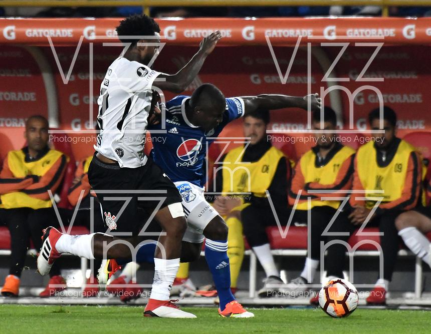 BOGOTA - COLOMBIA - 28 - 02 - 2018: Eliser Quiñones (Der.) jugador de Millonarios (COL), disputa el balon con Rene Junior (Izq.) jugador de Corinthians (BRA), durante partido entre Millonarios (COL) y Corinthians (BRA), de la fase de grupos, grupo 7, fecha 1 de la Copa Conmebol Libertadores 2018, en el estadio Nemesio Camacho El Campin, de la ciudad de Bogota. / Eliser Quiñones (R) player of Millonarios (COL), figths for the ball with Rene Junior (L) player of Corinthians (BRA), during a match between Millonarios (COL) and Corinthians (BRA), of the group stage, group 7, 1st date for the Conmebol Copa Libertadores 2018 in the Nemesio Camacho El Campin stadium in Bogota city. VizzorImage / Luis Ramirez / Staff.
