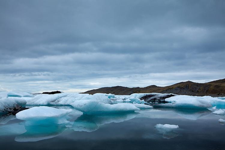 Europa, ISL, Island, Austurland, (dt. Ostland), Südisland, Hornafjörður, Vatnajökull, See, Gletschersee Jökulsárlón, (dt. Gletscherflusslagune), Eisberge, Die Eisberge auf dem Gletschersee Jökulsárlón stammen vom Gletscher Breiðamerkurjökull. An der Gletscherzunge lösen sich die Eisberge vom Gletscher. Bei ablaufender Tide werden Eisberge aus der Lagune ins Meer gespült und teilweise am angrenzenden schwarzen Basaltstrand wieder angeschwemmt. Kategorien und Themen, Natur, Umwelt, Landschaft, Jahreszeiten, Stimmungen, Landschaftsfotografie, Landschaften, Landschaftsphoto, Landschaftsphotographie, Tourismus, Touristik, Touristisch, Touristisches, Urlaub, Reisen, Reisen, Ferien, Urlaubsreise, Freizeit, Reise, Reiseziele, Ferienziele<br /> <br /> [Fuer die Nutzung gelten die jeweils gueltigen Allgemeinen Liefer-und Geschaeftsbedingungen. Nutzung nur gegen Verwendungsmeldung und Nachweis. Download der AGB unter http://www.image-box.com oder werden auf Anfrage zugesendet. Freigabe ist vorher erforderlich. Jede Nutzung des Fotos ist honorarpflichtig gemaess derzeit gueltiger MFM Liste - Kontakt, Uwe Schmid-Fotografie, Duisburg, Tel. (+49).2065.677997, archiv@image-box.com, www.image-box.com]