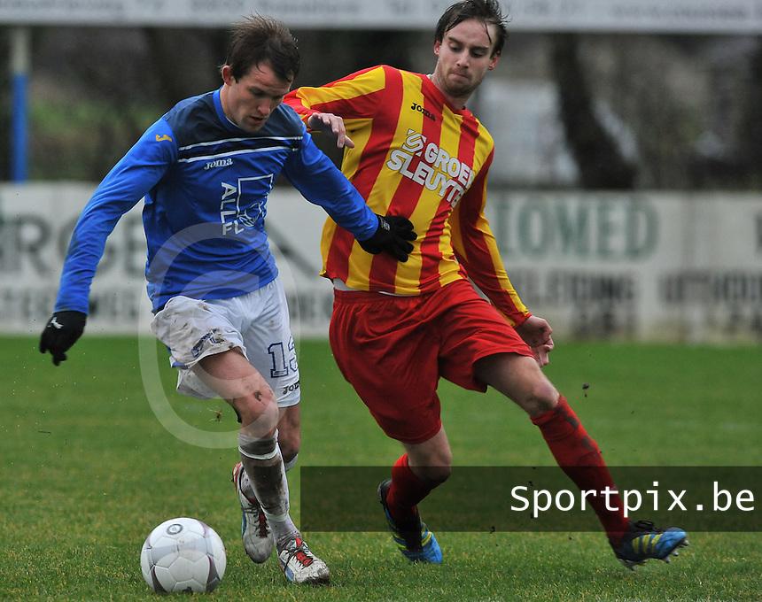 KSV De Ruiter - VG Oostende : Davy Ghekiere aan de bal voor Yoeri Flederick.foto VDB / BART VANDENBROUCKE