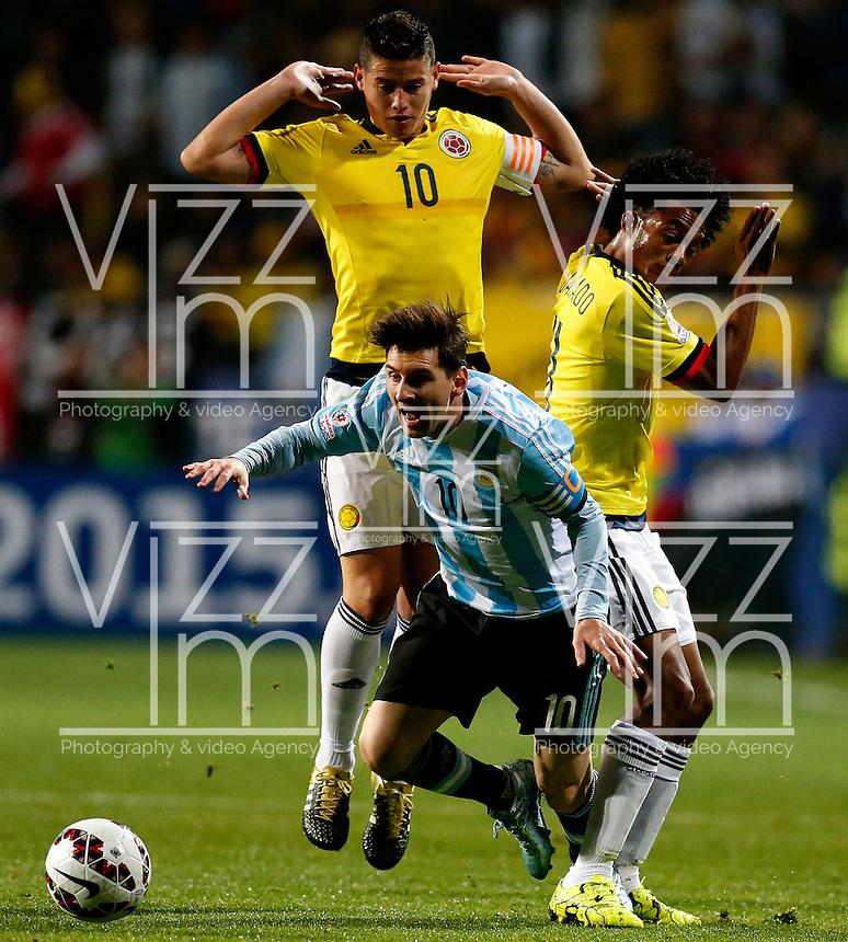 VIÑA DEL MAR - CHILE - 26-04-2015: James Rodriguez (Izq.) y Juan G Cuadrado (Der.)jugador de Colombia, disputan el balón con Lionel Messi (Cent.) jugador de Argentina, durante partido Colombia y Argentina, por los cuartos de final, de la Copa America Chile 2015, en el estadio Sausalito en la Ciudad de Viña del Mar / James Rodriguez (L) and Juan G Cuadrado (R)players of Colombia, vies for the ball with Lionel Messi (C) player of Argentina, during a match between Colombia and Argentina, for the quarterfinals of the Copa America Chile 2015, in the Sausalito stadium in Viña del Mar city. Photo: VizzorImage /  Photosport / Martin Thomas / Cont.