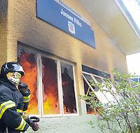 SAO JOSE DOS CAMPO, SP, 23 DE JANEIRO DE 2012. Bombeiro apaga incendio na Biblioteca Comunitaria Jansen Filho que foi atacada ontem no Bairro do Pinheirinho(FOTO: ADRIANO LIMA - NEWS FREE).