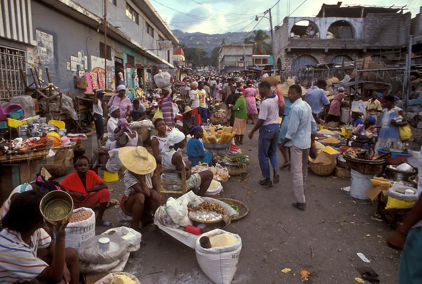 AJ2285, Haiti, street market, Caribbean, Haitian people display their wares on the street in the city of Petionville in Haiti.