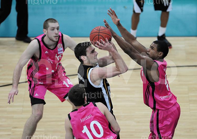 Basketball   1. Bundesliga 2009/2010  22.04.2010 Walter Tigers Tuebingen -   Telekom Baskets Bonn Branislav Ratkovica   (Mitte, Tigers) gegen Bryce Taylor (re, Telekom Baskets) und Jared Jordan (Mitte unten, Telekom Baskets)