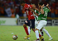 MEDELLÍN -COLOMBIA-8-MAYO-2016. Juan Nieto (Der.) de Atlético Nacional  disputa el balón con Christian Marrugo (Izq.) del Medellin  durante partido por la fecha 17 de Liga Águila I 2016 jugado en el estadio Atanasio Girardot ./  Juan Nieto (R) of Atletico Nacional  for the ball with Christian Marrugo (L) of Medelllin during the match for the date 17 of the Aguila League I 2016 played at Atanasio Girardot  stadium in Medellin . Photo: VizzorImage / León Monsalve  / Contribuidor