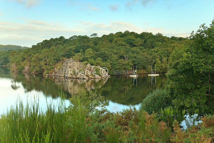 France, Morbihan (56), Mûr-de-Bretagne, lac de Guerlédan au niveau du Rond-Point-du-Lac // France, Morbihan, Mur de Bretagne, lake of Guerledan at the level of Rond Point du Lac
