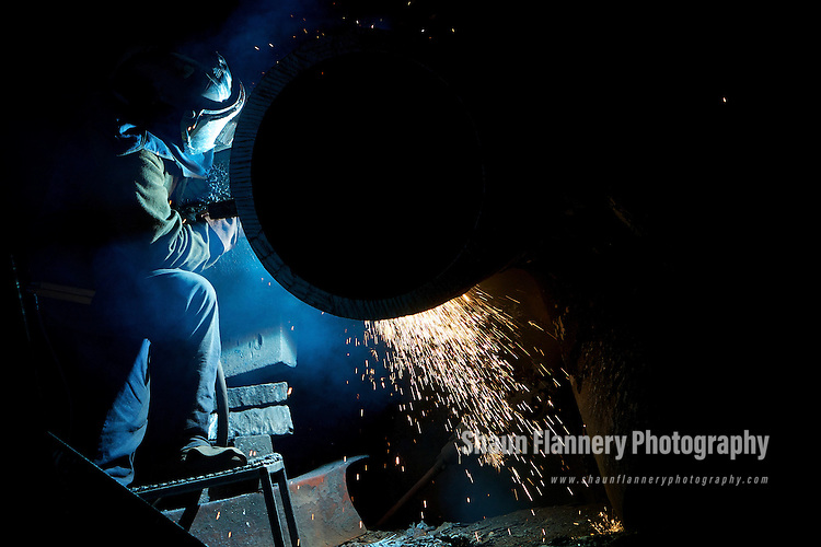 Pix: Shaun Flannery/shaunflanneryphotography.com...COPYRIGHT PICTURE&gt;&gt;SHAUN FLANNERY&gt;01302-570814&gt;&gt;07778315553&gt;&gt;..25th August 2010............Sheffield Forgemasters, Brightside Lane, Sheffield.<br /> Welder at work.