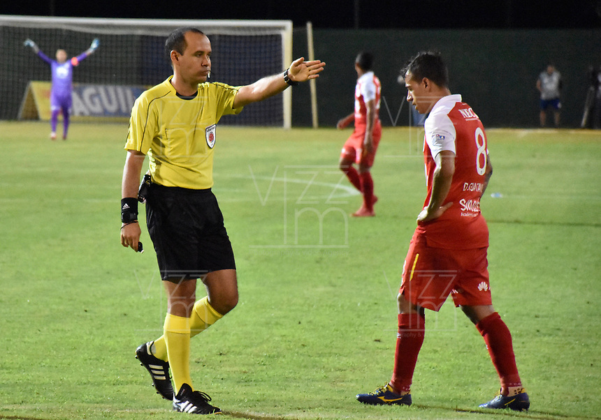 MONTERIA - COLOMBIA, 19-08-2018: Luis Sanchez, árbitro, durante el encuentro entre Jaguares de Córdoba y Independiente Santa Fe por la fecha 5 de la Liga Águila II 2018 jugado en el estadio Municipal de Montería. / Luis Sanchez, referee, during the match between Jaguares of Cordoba and Independiente Santa Fe for the date 5 of the Liga Aguila II 2018 at the Municipal de Monteria Stadium in Monteria city. Photo: VizzorImage / Andres Felipe Lopez / Cont