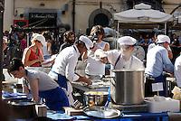 NAPOLI PIAZZA SAN DOMENICO MAGGIORE REGISTRAZIONE DI UNA PUNTATA DELLA TERZA SERIE DI MASTERCHEF ITALIA <br /> NELLA FOTO  CONCORRENTI IMPEGNATI NELLA PROVA &quot; ESTERNA &quot;<br /> FOTO CIRO DE LUCA