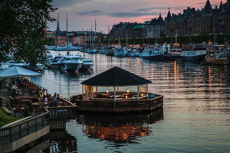 Skymning vid Djurgårdsbron i Stockholm med skutorna vid kajen vid Strandvägen