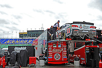 Unloading the car of Kevin Harvick (#4).